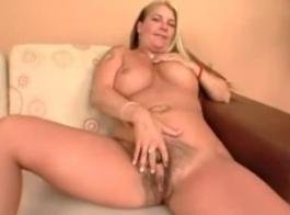 قررت شقراء مفلس وأفضل صديق لها أن تطلب بعض الجنس حار في الخريف.