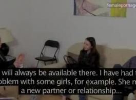 امرأة سمراء الأوروبية مع كبير الثدي هي ممارسة الجنس غير الرسمي، أمام الكاميرا، مرة واحدة في حين.