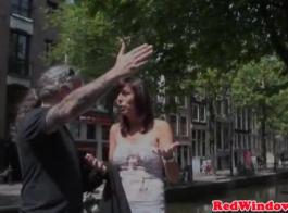 العاهرة الهولندية تسحب سروالها أسفل ويظهر لها شجيرة شعر وكبير الثدي.