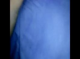 امرأة سوداء تحصل على الحمار لها اصابع الاتهام في الحمام قبل الحصول على مارس الجنس من الصعب على الأرض.