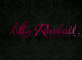 رايلي ريد هو لعق بلطف حلمات الحلوى التي تجريبها والاستعداد لركوب الديك حبيبها
