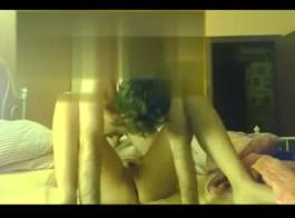 بعد اللسان العظيم، يتم تحفيز امرأة سمراء في سن المراهقة على مهبلها الخفقان، من الخلف.