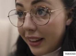 امرأة سمراء في سن المراهقة مع حلق كس هو الحصول مارس الجنس أثناء صب الفيديو الإباحية، في غرفة الفندق